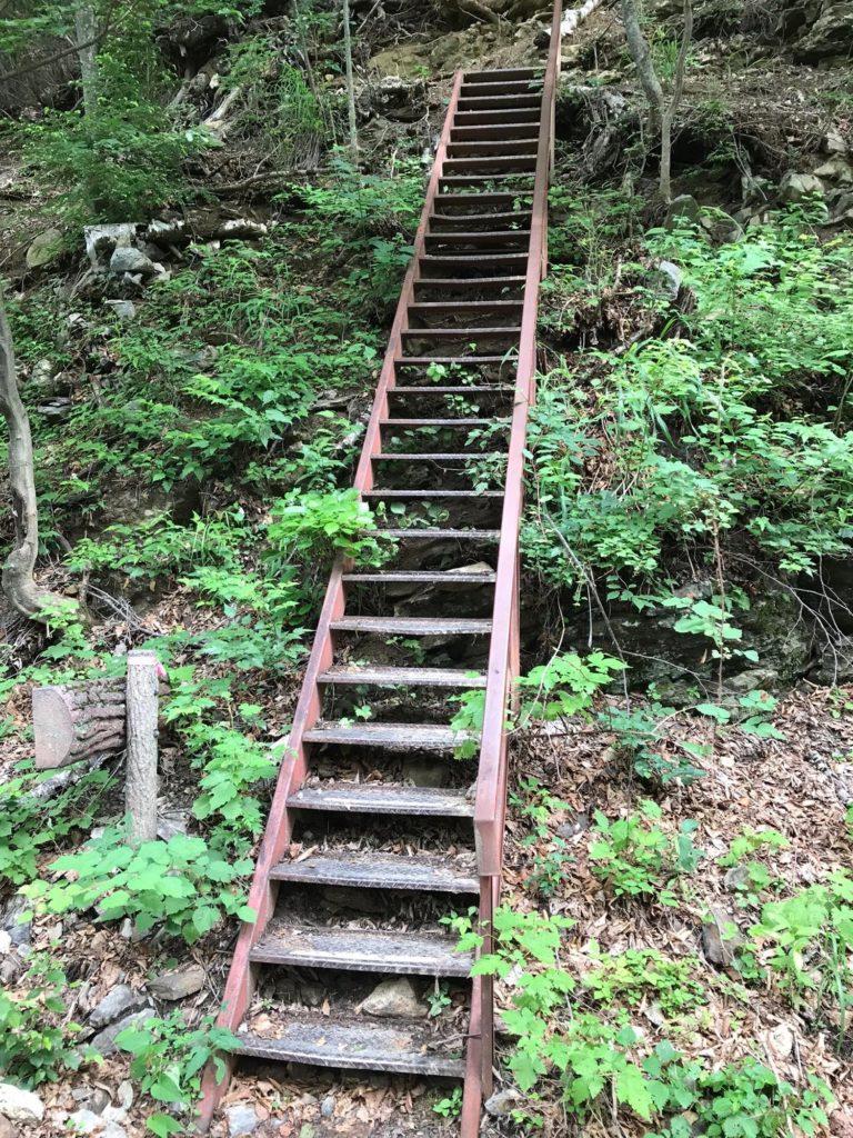 長い鉄の階段