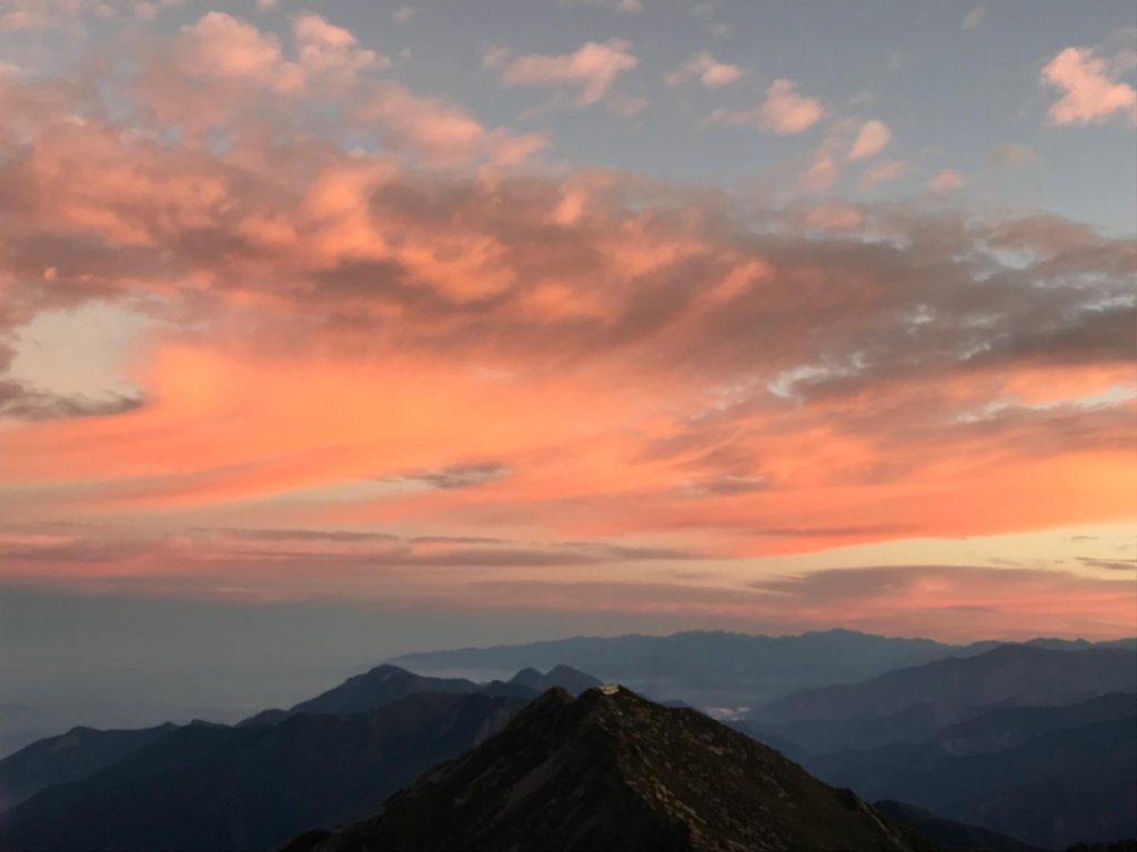 台湾玉山山頂の夜明け