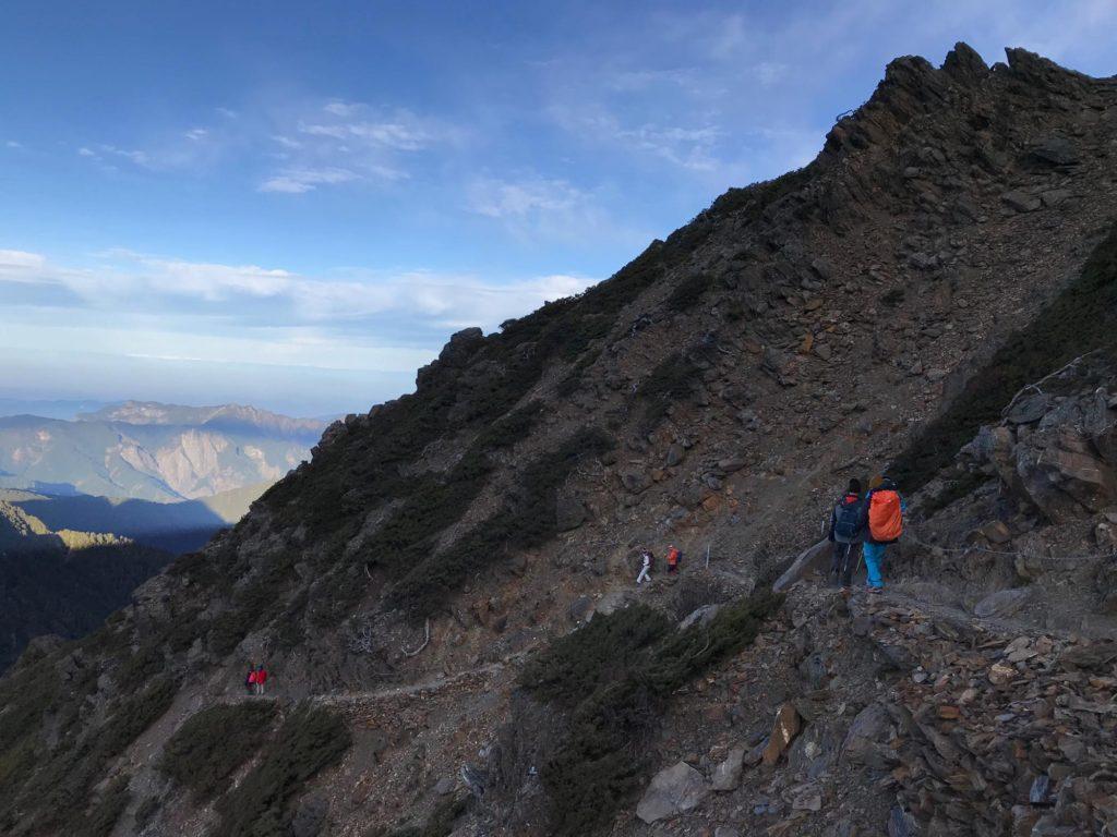 玉山山頂から拝雲山荘へ